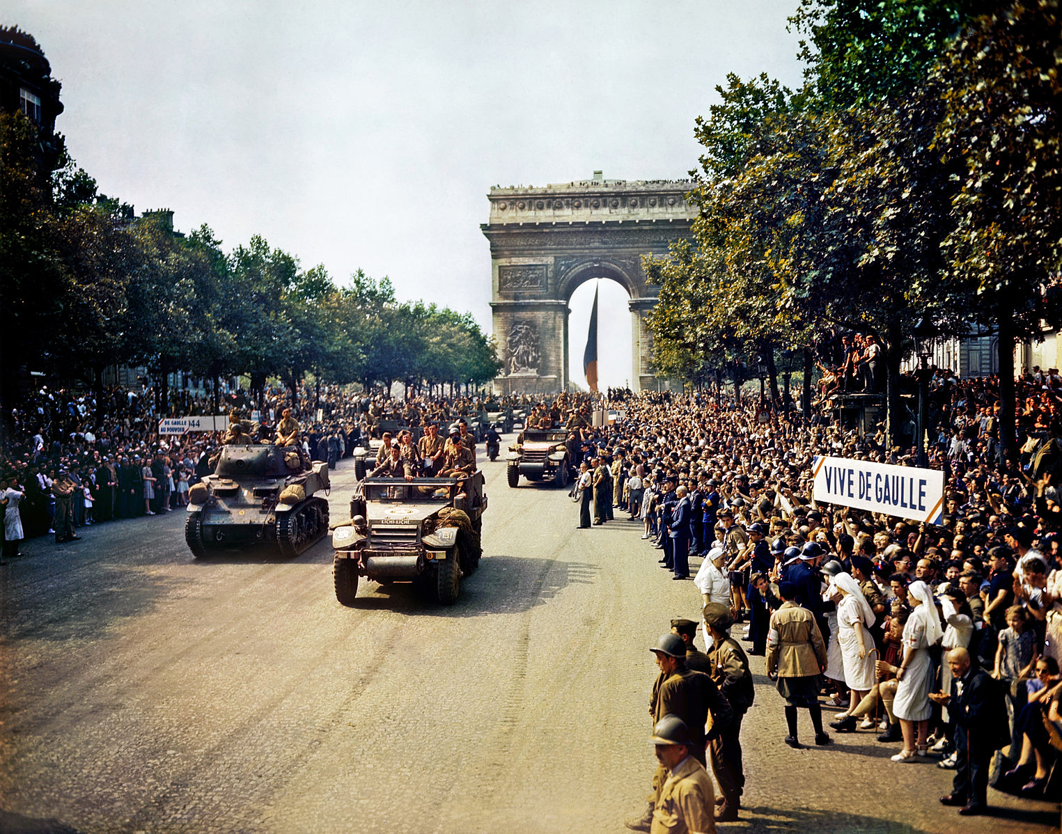 Crowds of French patriots line the Champs Elysees 1944 (courtesy Wikimedia)