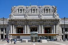 Front_view_of_Milan_Stazione_Centrale_entrance_portico.  Courtesy Daniel Case and Wikimedia