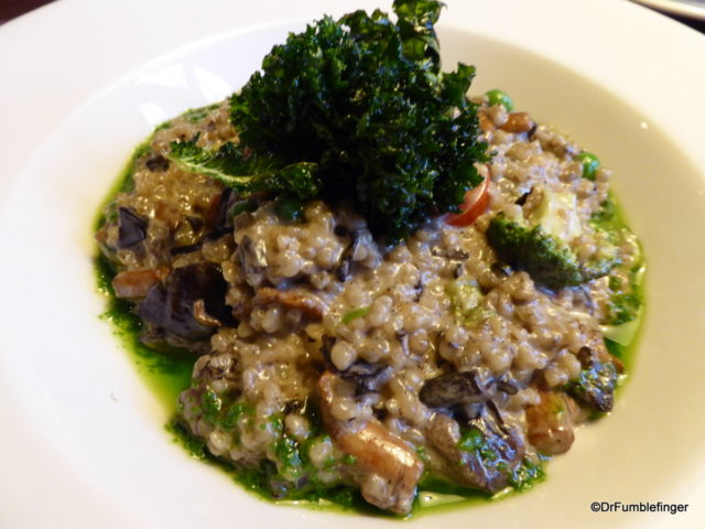 (Barley risotto with forest mushrooms and vegetables)
